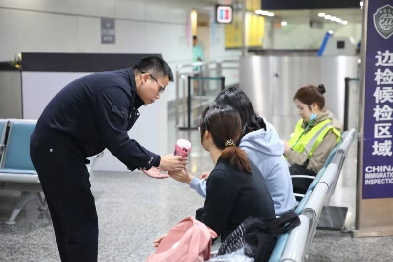 广州企业工商登记10岁小朋友飞机上休克 白云边检开出绿色通道